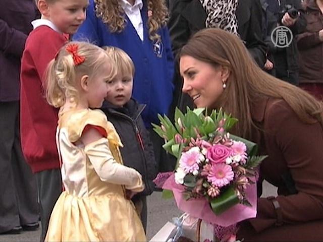 Беременную Кейт приветствуют жители Гримсби