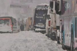 Борьба со снежной стихией продолжается в Киеве