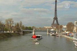 Красный шар заставляет фантазировать парижан