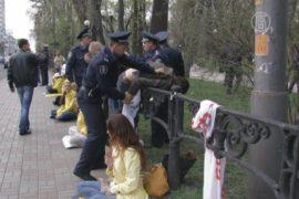 Неизвестные напали на акцию возле посольства КНР