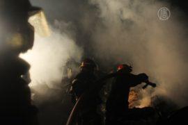 Бангладеш: пожар на обломках здания