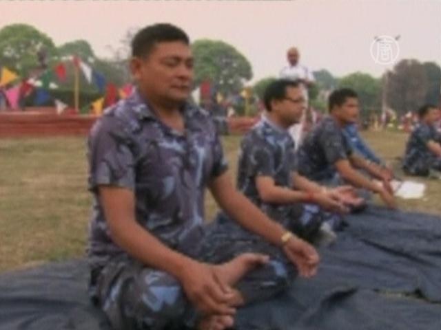 В Непале полицейских заставили заниматься йогой