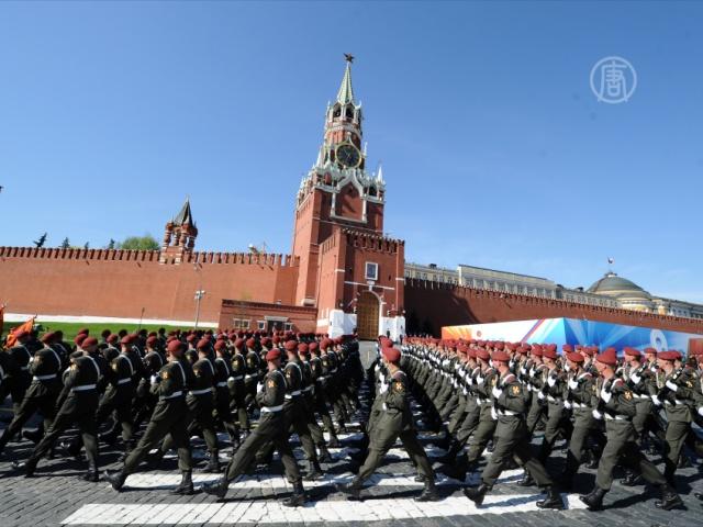Военные прошагали по Москве в новой форме