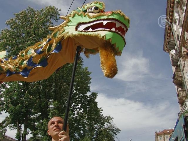 Китайский дракон появился в центре Киева
