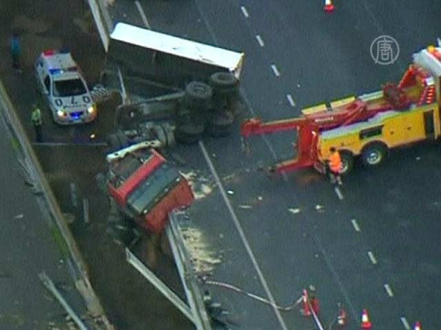 Водитель грузовика выжил, упав с 20 метров