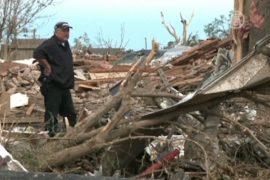 Американцы разбирают завалы после торнадо