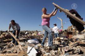 Жертвы торнадо ищут вещи и домашних любимцев