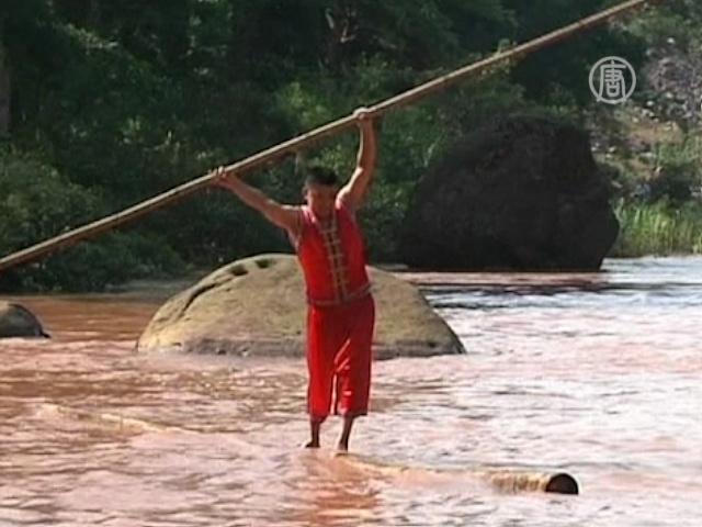 Китайцы балансируют на стебле бамбука в воде