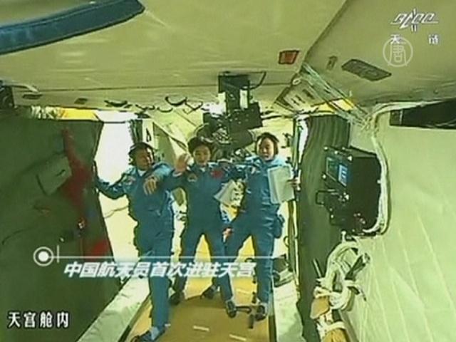 Китайские астронавты перешли в орбитальный модуль