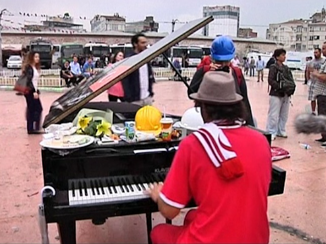 Пианист играл на Таксим 12 часов подряд