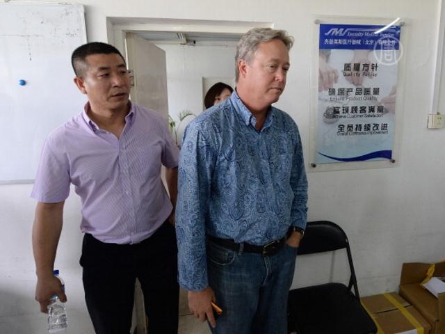 Рабочие завода в КНР отпустили своего босса