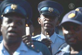 Полицейские молятся за Манделу у больницы