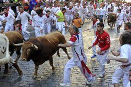 Фиеста Сан-Фермин: испанцы бегают от быков
