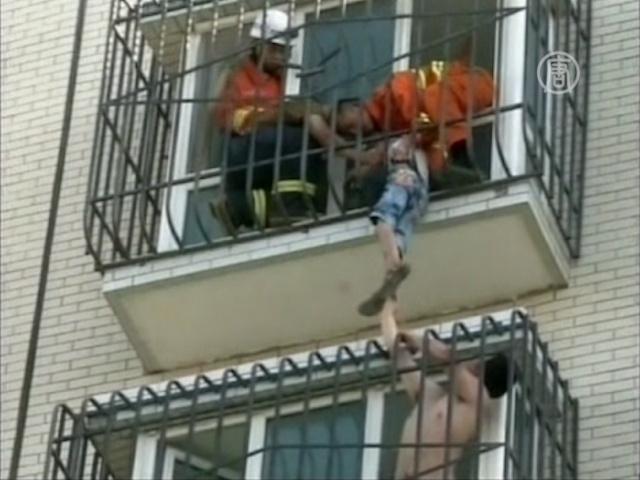 Мальчик застрял в решётке балкона на 6-м этаже