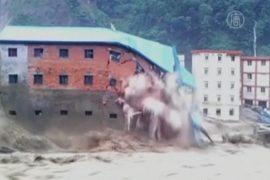 Наводнение в Китае: рушатся здания