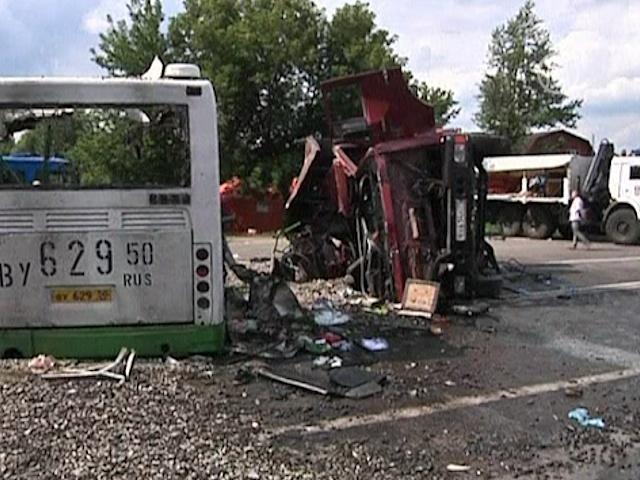 В рейсовый автобус врезался «КамАз», 18 погибших