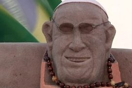 Песочный Папа Римский «отдыхает» на пляже в Рио