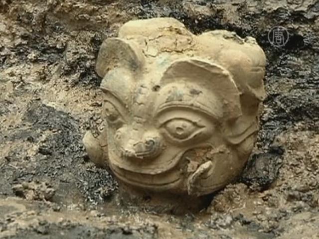 Уникальную бронзовую голову нашли в Китае