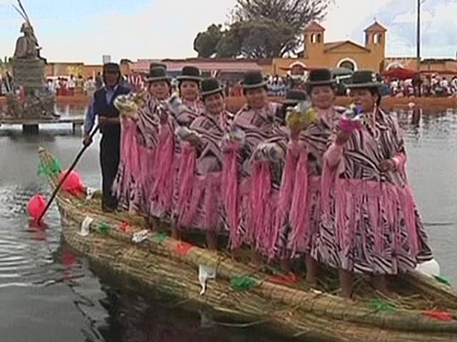 Боливийские индейцы танцуют в лодках для здоровья