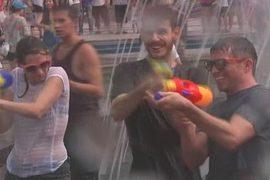 Шанхайцы побеждают жару водными пистолетами