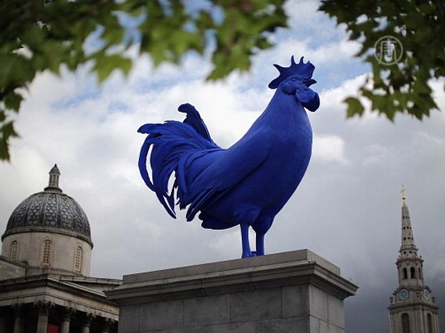 В центре Лондона поселился гигантский синий петух