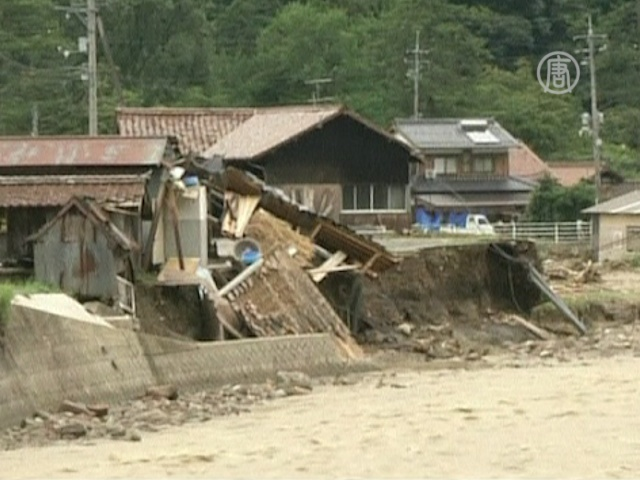 Японские спасатели ищут жертв наводнения
