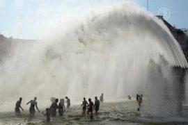 Парижане купаются в фонтанах