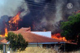 Лесной пожар под Афинами сжигает дома
