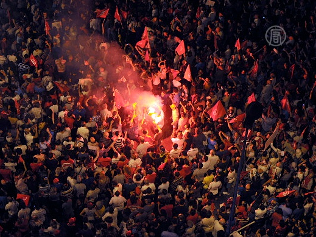 Парламент Туниса приостановил работу