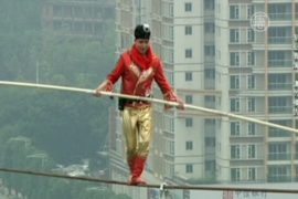 Акробат станцевал на канате на высоте 100 метров