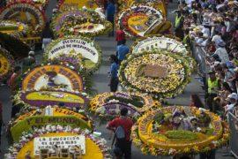 Колумбийцы несут на себе букеты в 140 кг