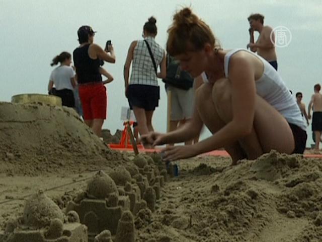 На пляже Нью-Йорка строят замки для взрослых