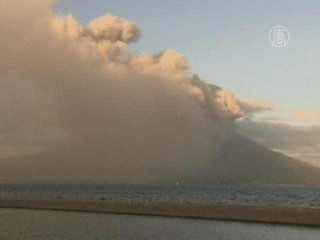 Вулкан в Японии выбросил пепел на высоту 5 км