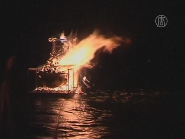 Ради голодных духов сжигают 5-метровую лодку