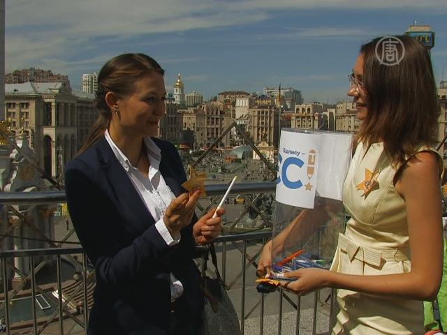В Киеве собирали ручки за евроинтеграцию