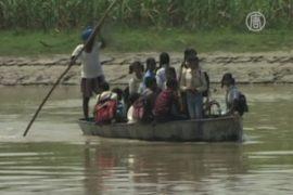 Дети плывут в школу на лодках из-за наводнения