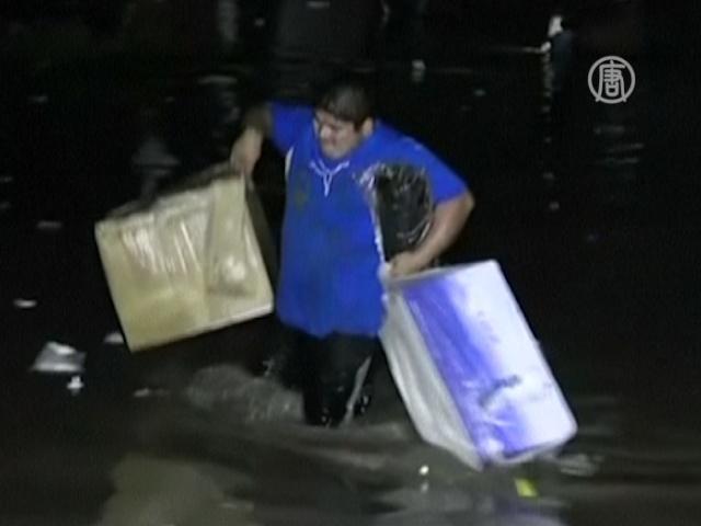 В затопленном Акапулько орудуют мародёры