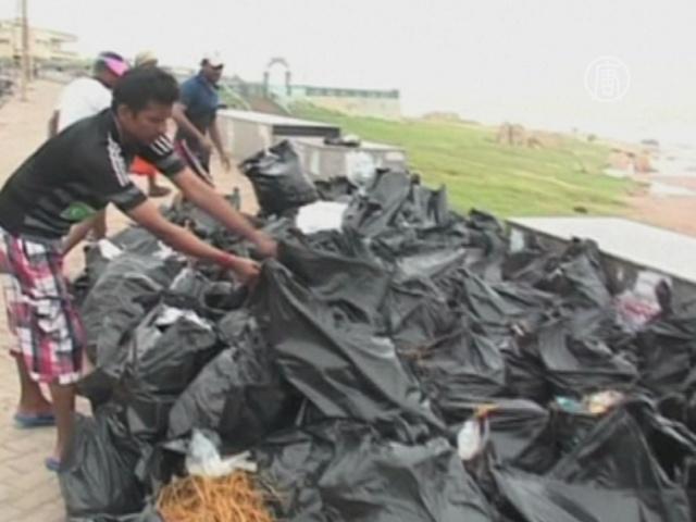Индия: очищать пляжи вышли моряки