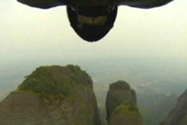 Американец пролетел ласточкой сквозь ущелье в Китае