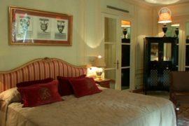 Культовый отель Парижа распродаёт мебель