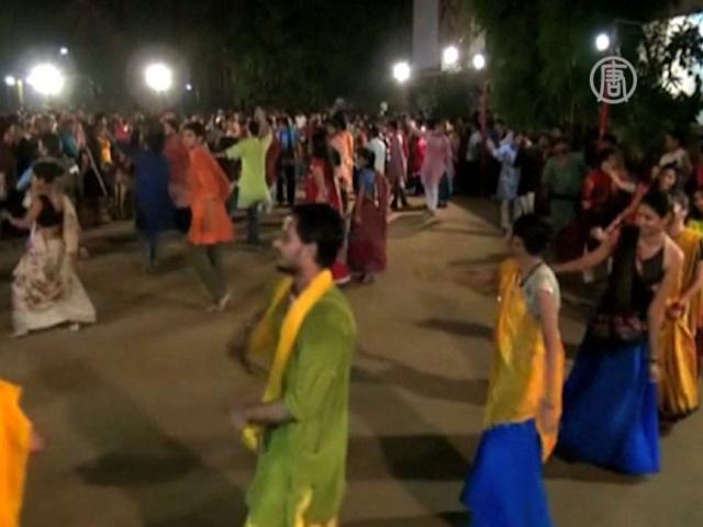 Индуисты празднуют Наваратри, танцуя по кругу