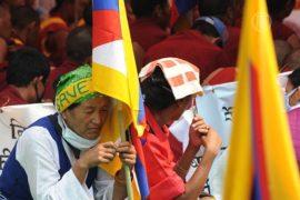 Тибетцы не хотят жить под флагами компартии