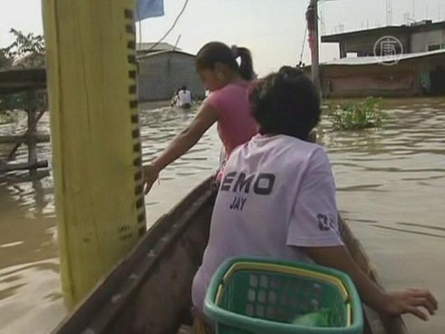 Филиппинцы по пояс в воде ждут нового бедствия