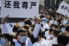 В Китае пациенты всё чаще нападают на врачей