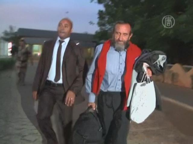 Освобождённые в Нигере французы летят домой