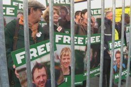 Люди в клетке: акция в защиту «Гринпис»