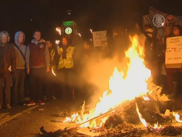 В центре Лондона протестующие жгли счета за свет