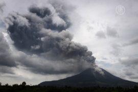 Синабунг в Индонезии продолжает извергаться