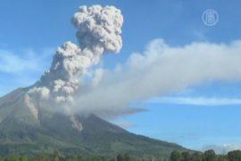 Опасность вулкана Синабунг подняли до максимальной