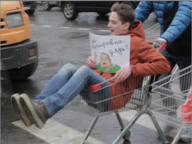 «Марш пустых тележек» прошел в Москве